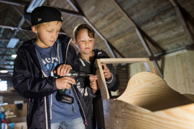 Aaron och Eino bygger lådbild